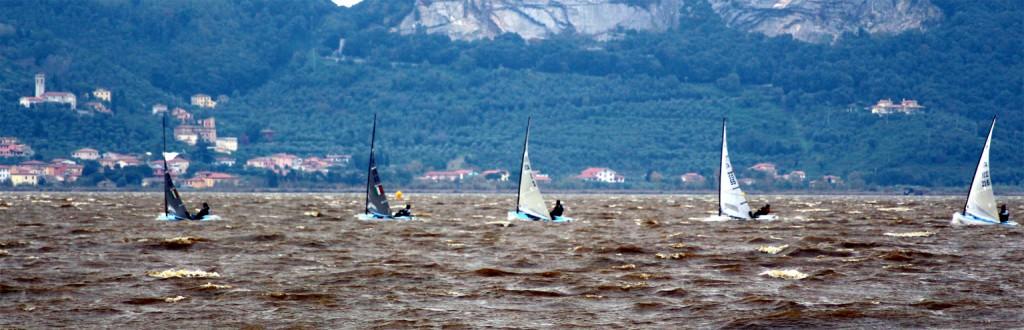 Finn in regata con vento forte a Torre del Lago. Foto Bruckner