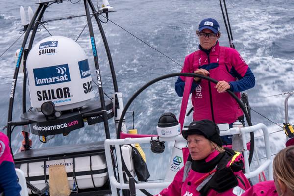 Sally Barkow al timone di SCA. A poppa le apparecchiature Inmarsat. Foto Halloran