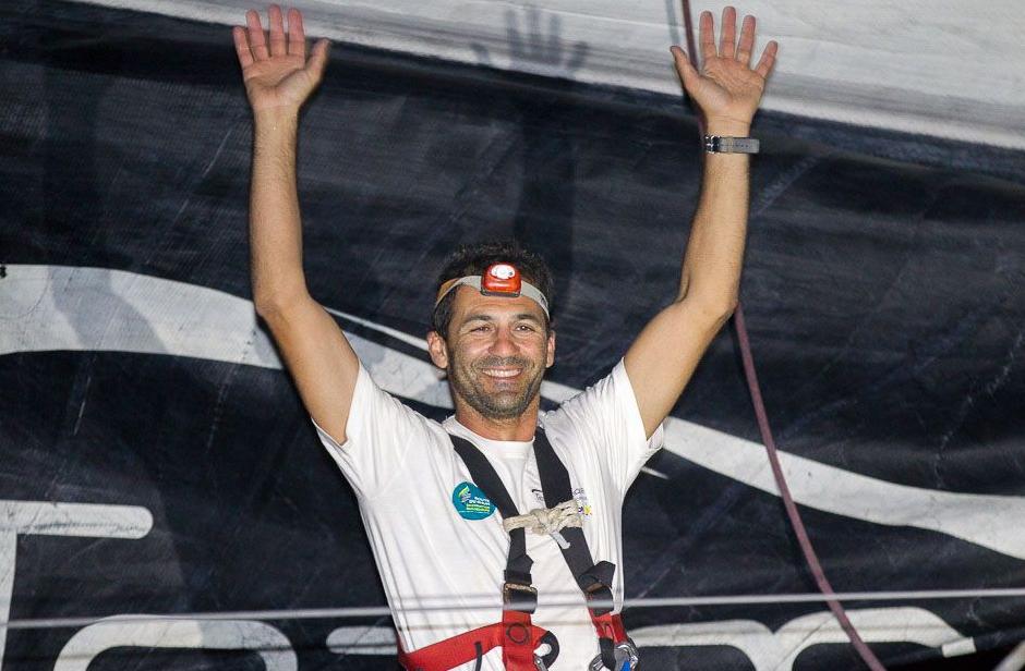 Alessandro Di Benedetto all'arrivo con il suo Imoca 60 Team Plastique