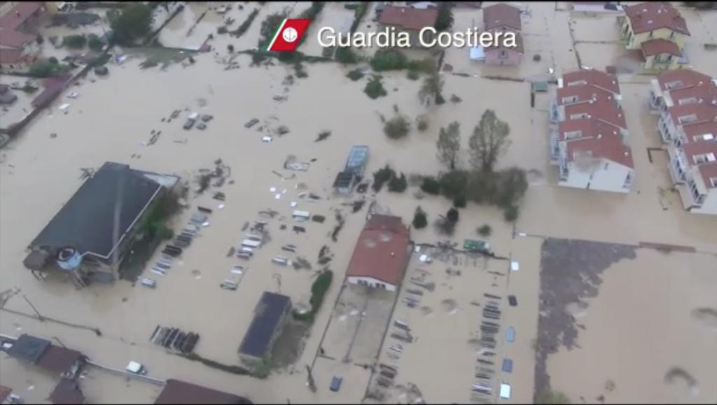 A Carrara è stata coinvolta anche la Guardia Costiera nelle operazioni di ricerca e soccorso degli abitanti rimasti intrappolati nelle proprie case o sui tetti