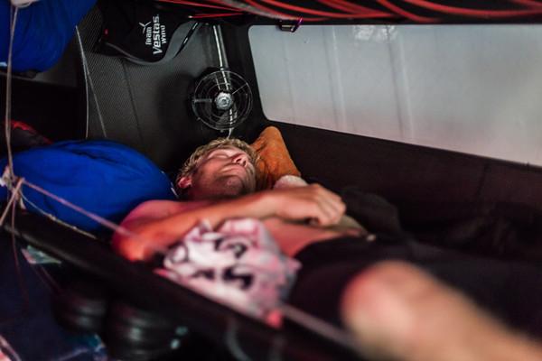 Preziose le ore di riposo per i velisti in vista delle prossime dure 48 ore. Qui siamo su Vestas. Foto Carlin