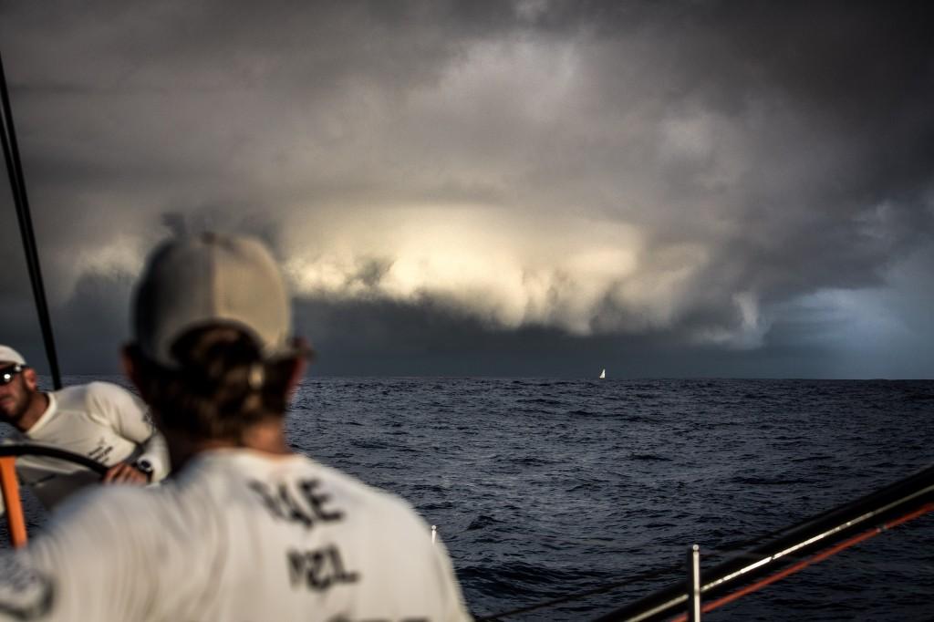 Impressionante formazione nuvolosa a poppa di Vestas (e sulla testa di Alvimedica) ripresa ieri da Brian Carlin