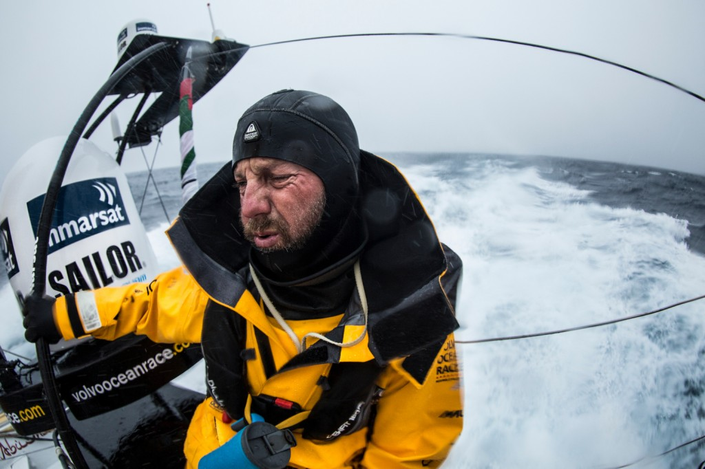 Ore dure per Ian Walker, skipper di Abu Dhabi. Sta tenendo duro contro la rimonta di Dongfeng. Foto Knighton