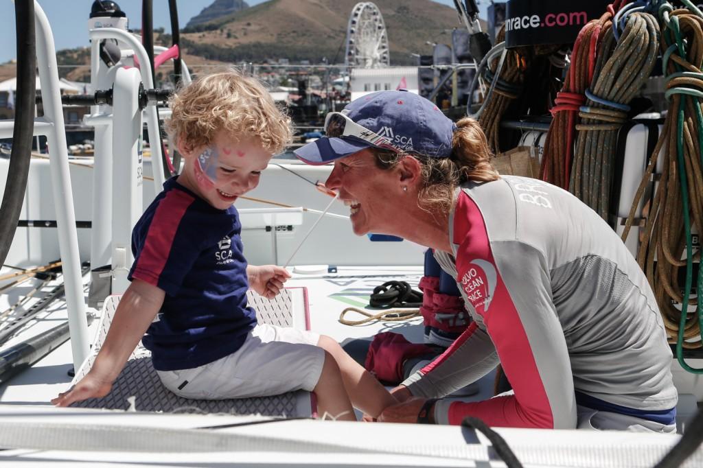 Caroljin BRouwer con il figlio dopo l'arrivo a Cape Town