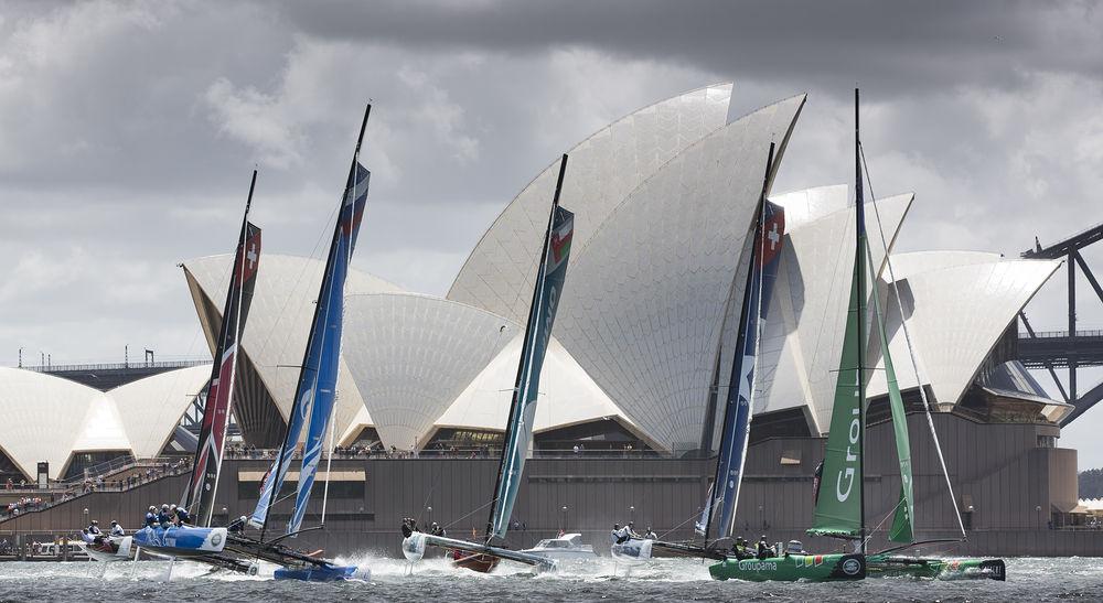 La flotta di fronte all'Opera House di Sydney. Foto Lloyd Images