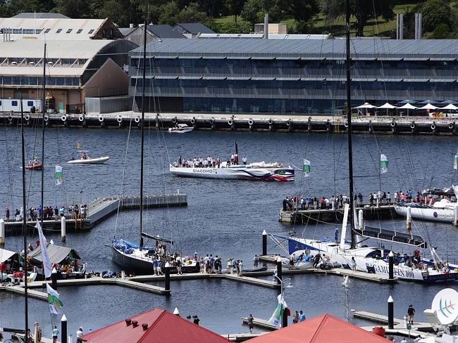 Giacomo all'arrivo al Constitution Dock di Hobart dopo il disalberamento