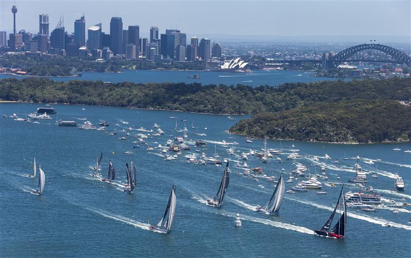 COmanche guida la flotta all'uscita della Baia di Sydney. Foto Borlenghi/Rolex