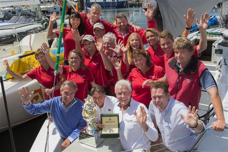 L'equipaggio di Wild Rose con la Tattersall's Cup. Foto Rolex