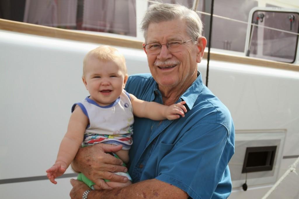 Il più giovane e il più anziano dell'ARC fotografati insieme. Nemmeno a farlo apposta Kai, 8 mesi, e suo nonno Jerry (84) erano imbarcati sulla stessa barca Makena