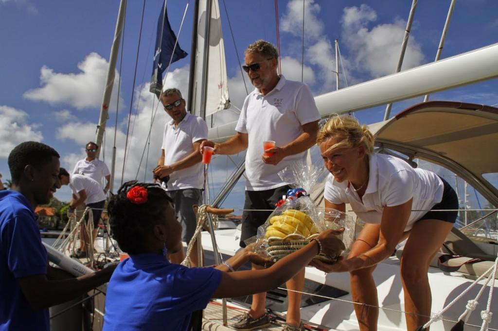 Accoglienza a cinque stelle per gli equipaggi che arrivano a Saint Lucia: cocktail tipici e cesti di frutta vengono consegnati a ciascuna barca per entrare da subito nell'atmosfera caraibica
