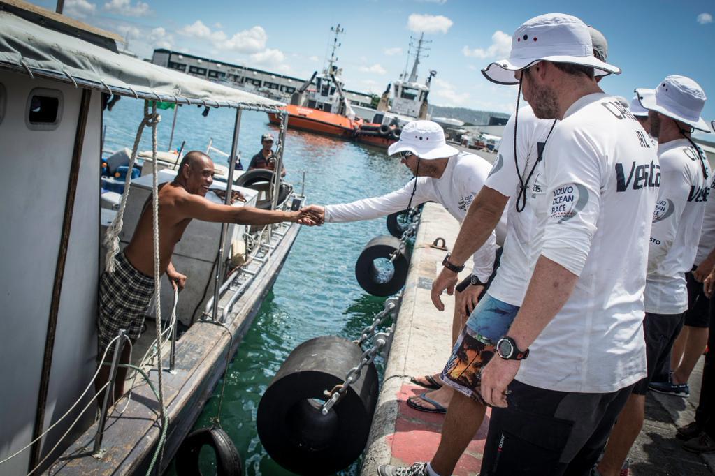 L'equipaggio di Vestas saluta il pescatore della barca che li ha riportati a Mauritius. Foto Team Vestas