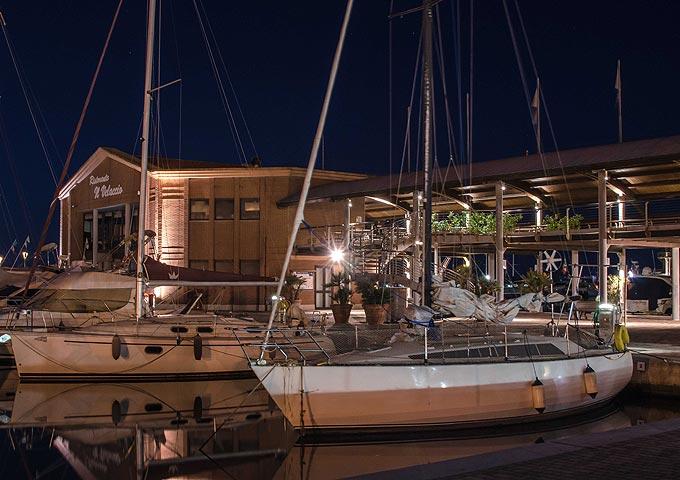 Un'immagine notturna del Porto della Maremma