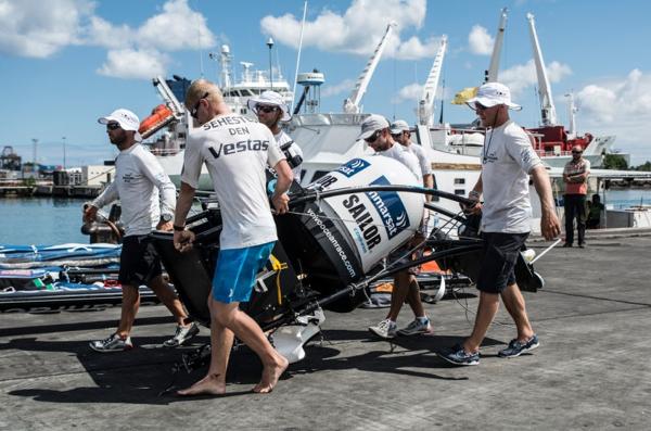 L'equipaggio trasporta le apparecchiature satellitari Inmarsat rimosse dal relitto all'arrivo a Mauritius