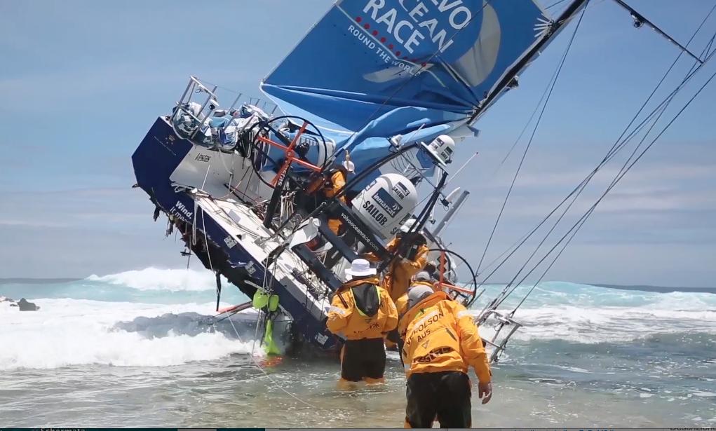 Team Vestas sul reef durante il recupero di parte dell'attrezzatura da parte degli uomini di Chris Nicholson