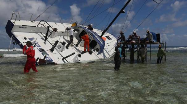 Le operazioni di rimozione di Vestas. Foto Volvo Ocean Race