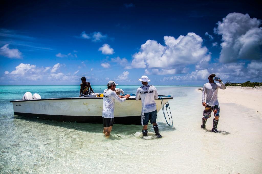L'equipaggio di Vestas sull'Atollo. Foto Carlin