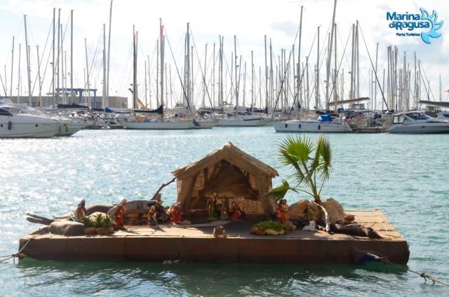 Il presepe galleggiante realizzato dallo staff del Marina di Ragusa per allietare le festività natalizie dei suoi ospiti