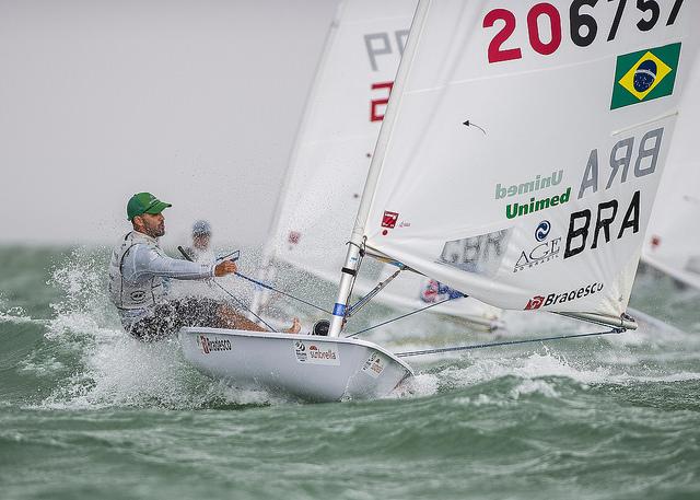 Robert Scheidt con vento forte ieri a Miami. Foto US Sailing