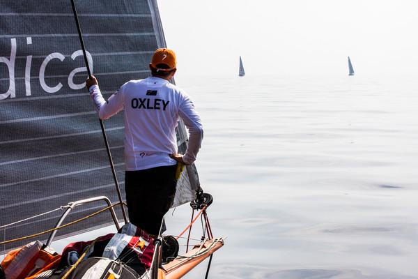 Will Oxley sulla prua di Alvimedica osserva i rivali nel vento leggerissimo in uscita da Hormuz. Foto Ross