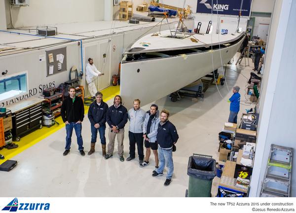Le fasi dell'accoppiamento scafo-coperta a King Marine, con Miguel Costa, Marcelino Botìn e i responsabili della costruzione. Foto Renedo/Azzurra