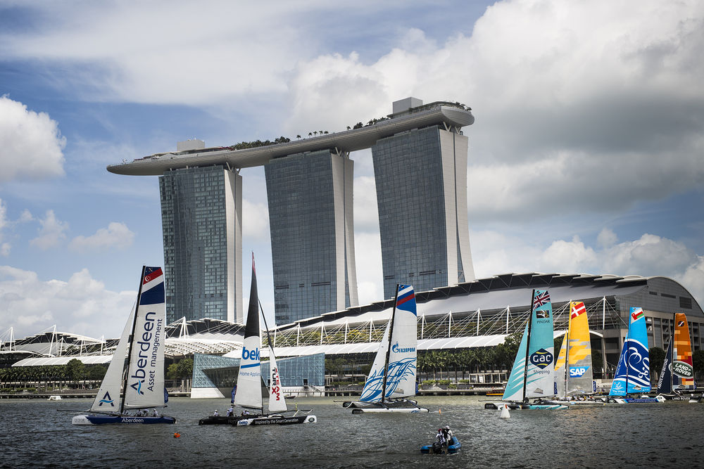 Gli Extreme 40 in regata a Singapore. Foto Lloyd Images