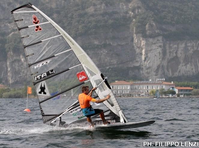 Carlo Menegatti in una regata sul suo Garda