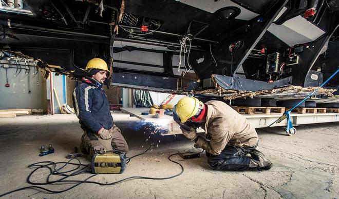 Si lavora su Team Vestas a Persico Marine. Foto Carlin