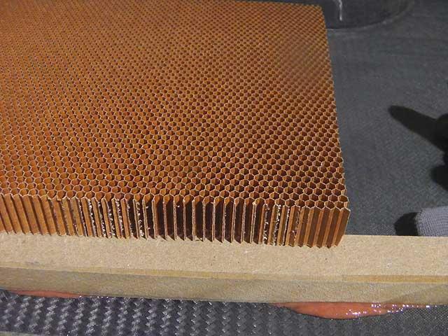 Il Nomex a nido d'ape usato per il sanwich tra i laminati di carbonio