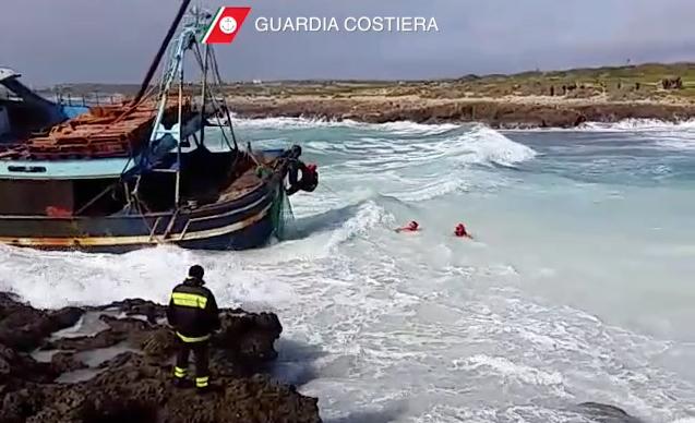 Una fase dei soccorsi al peschereccio a Lampedusa