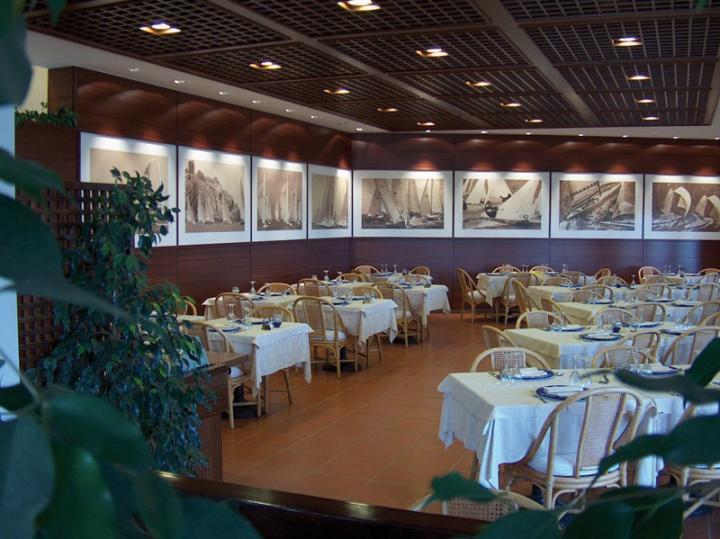 Il ristorante nella sede sociale. Alle pareti le foto degli eventi organizzati dal Club