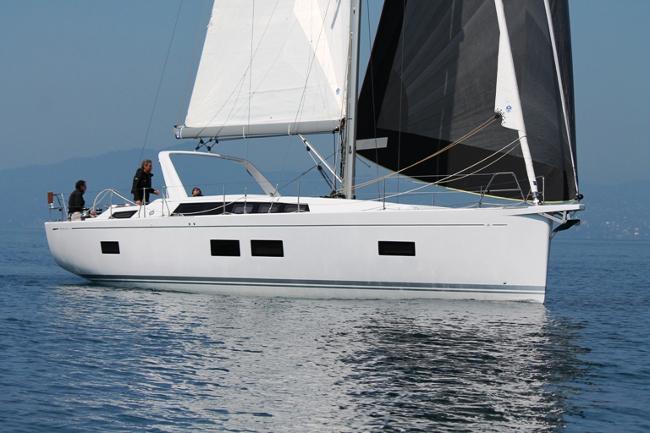 Il Grand Soleil 46 LC in navigazione con randa e G0 Furling Genaker a prua. Foto Giuffrè