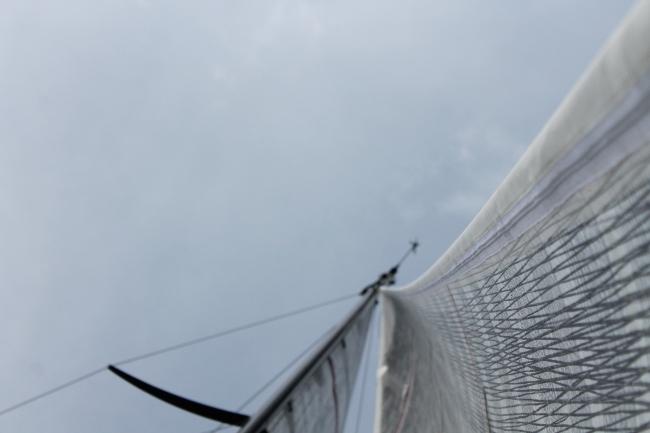 Con 10 nodi di vento e onda corta. Con una tensione moderata sull'avvoglifiocco, lasciando comunque la vela di prua potente per contrastare l'onda, la catenaria sparisce quasi completamente in basso rimanendone un accenno nella parte alta. Foto Giuffrè