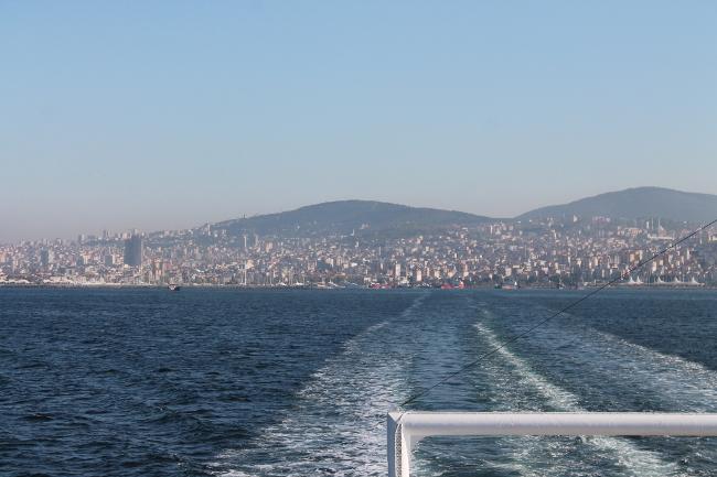 Istanbul sullo sfondo, vista dal traghetto che dal distretto di Pendik attraverso il Golfo di Izmit fino a Yalova. Foto Giuffrè