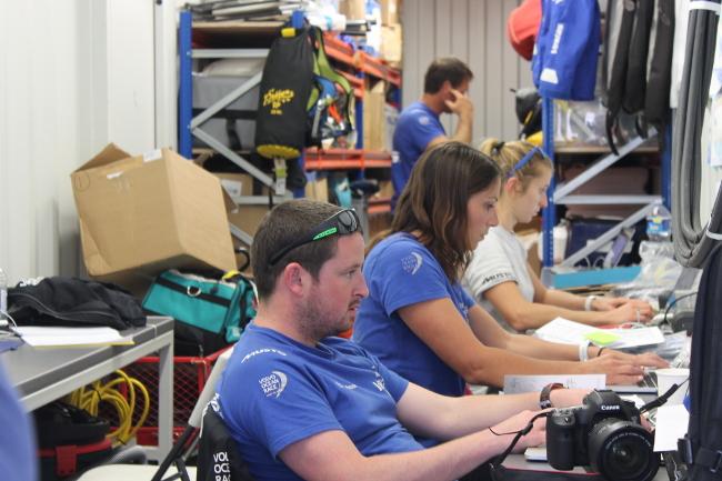 L'on board reporter Brian Carlin e altri membri del team di terra di Vestas. Foto Giuffrè