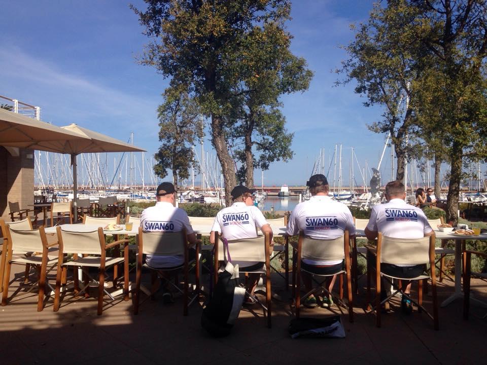 Velisti in attesa delle regate di oggi nella Piazzetta di Marina di Scarlino. Foto CN Scarlino