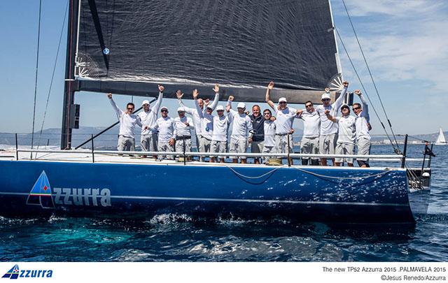 L'equipaggio di Azzurra festeggia la prima vittoria della stagione. Foto Renedo