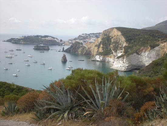 Barche alla ruota alla Baia del Frontone, a Ponza