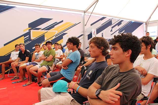 Ugolini e Zizzari, l'equipaggio più giovane selezionato, ascolta con attenzione il briefing